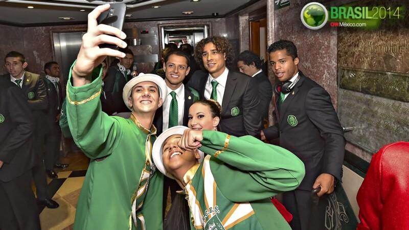 Chicharito Memo Ochoa Giovanni selfie aficionados