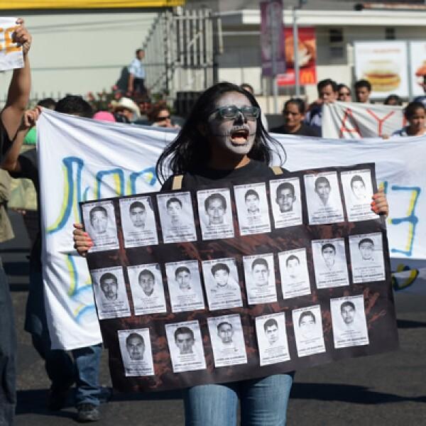 Unos 200 universitarios salvadoreños se concentraron este jueves en una plaza en San Salvador para exigir la verdad sobre el paradero de los estudiantes