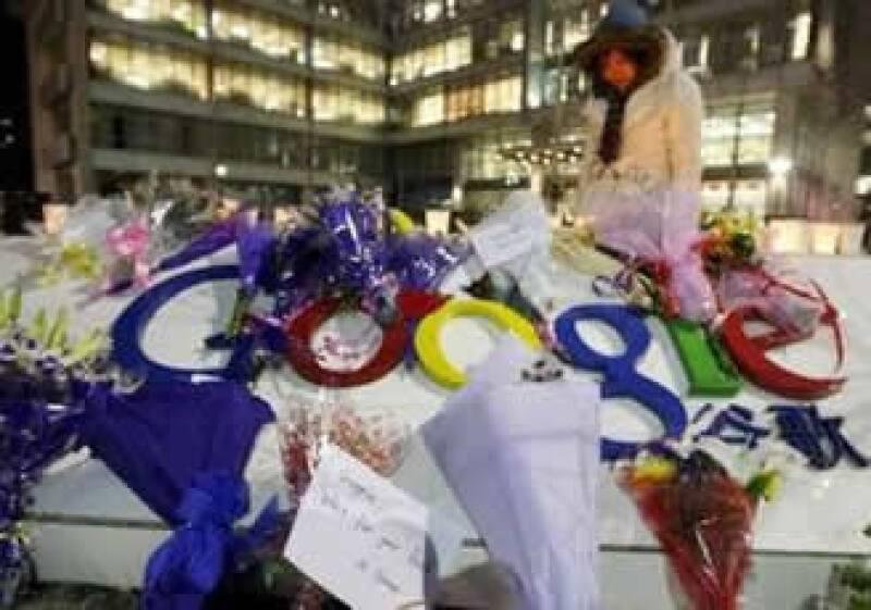 Personas han dejado flores afuera del corporativo de Google en China. (Foto: Reuters)