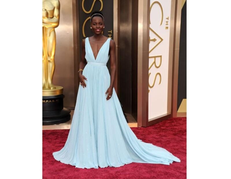 """La actriz de """"12 years a slave"""" deslumbró por su look en un vestido Prada y los accesorios que la acompañaron."""