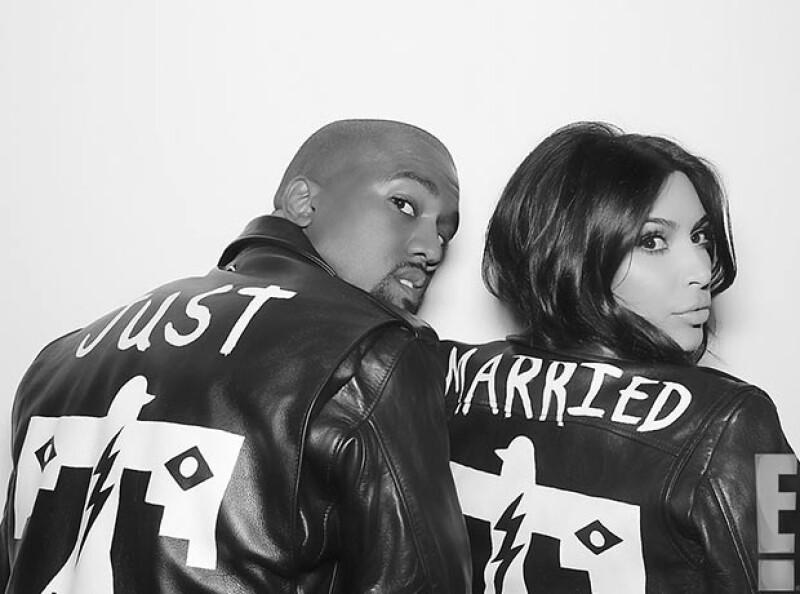 """Orgullosos Kim y Kanye posaron con chamarras con la leyenda """"recién casados""""."""