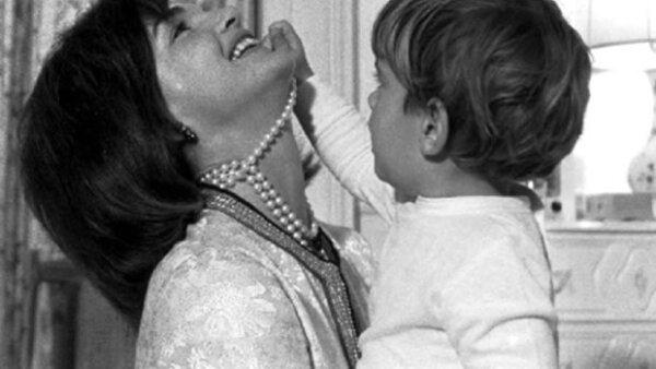 Luego de tener un aborto espontanéo en 1956, Jacqueline Kennedy se convirtió en madre por primera vez con Caroline en 1957 luego con el pequeño John John. Jackie se caracterizó por ser una madre que defendió a sus hijos a capa y espada.