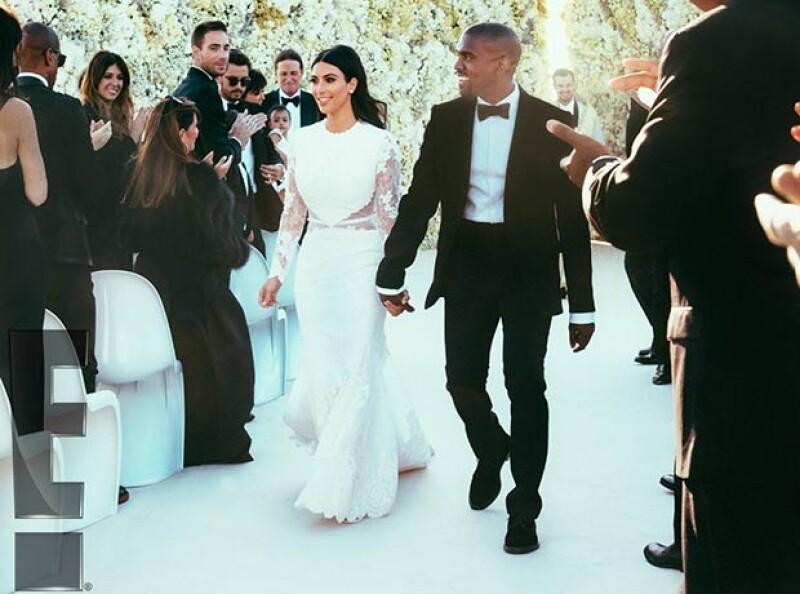 La pareja caminó visiblemente feliz frente a sus invitados tras convertirse en marido y mujer.