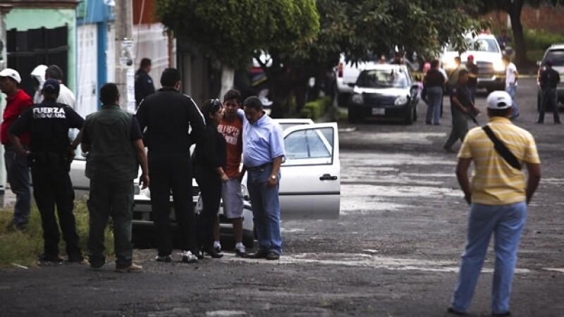 Familiares y conocidos del fotoperiodista Raúl López en el lugar donde fue encontrado el cuerpo del occiso