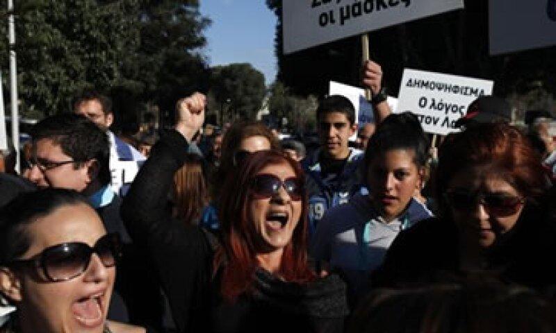 Los chipriotas protestaron contra el plan de instaurar un impuesto a los depósitos bancarios. (Foto: Reuters)