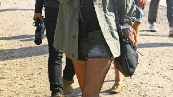 La supermodelo Kate Moss es una gran seguidora de la tendencia y la enmarca a la perfección acompañándola con jeans, medias y una camisa de inspiración militar.
