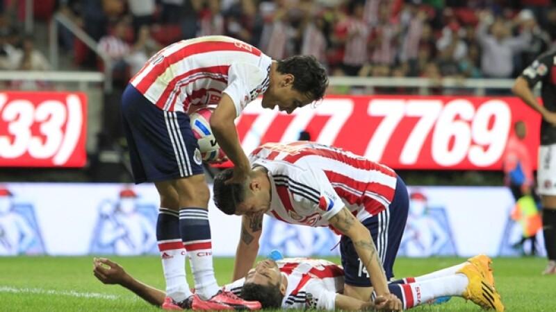 Jair Pereira toma un respiro en el césped tras anotar el gol del empate de Chivas ante Xolos