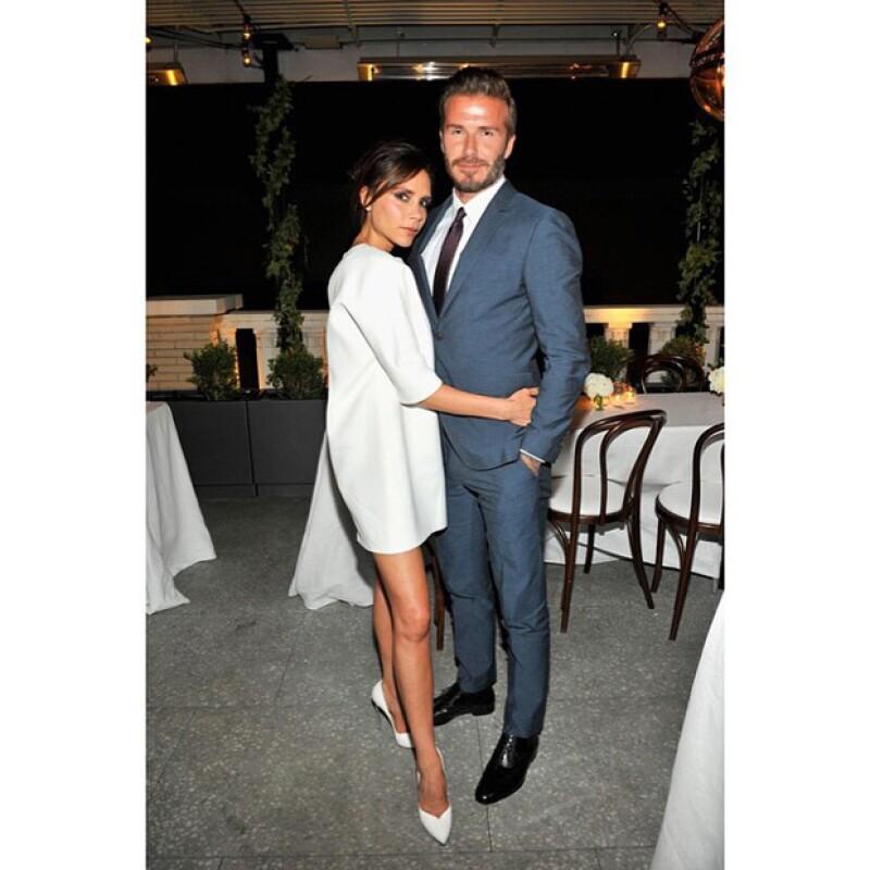 Victoria apareció muy abrazada de su esposo, quien desde siempre la ha apoyado en su carrera como diseñadora.