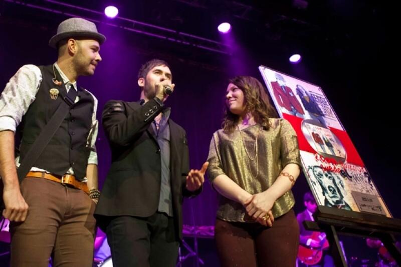 El dúo de hermanos recibieron durante su concierto en el Plaza Condesa, Disco de Platino por las altas ventas de su nuevo disco.