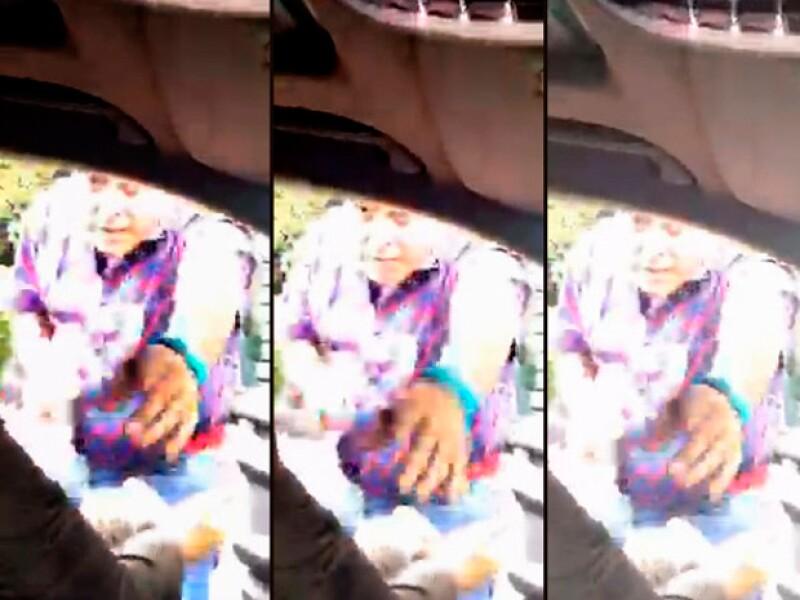 El periodista compartió el momento en el que un hombre armado se acerca a su auto exigiéndole sus pertenencias.