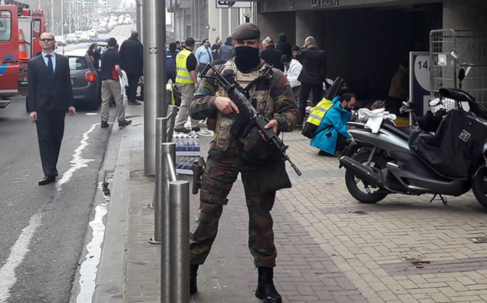 El primer ministro belga elevó el nivel de alerta terrorista a 4 y dijo que se llevarán a cabo restricciones en el transporte público.