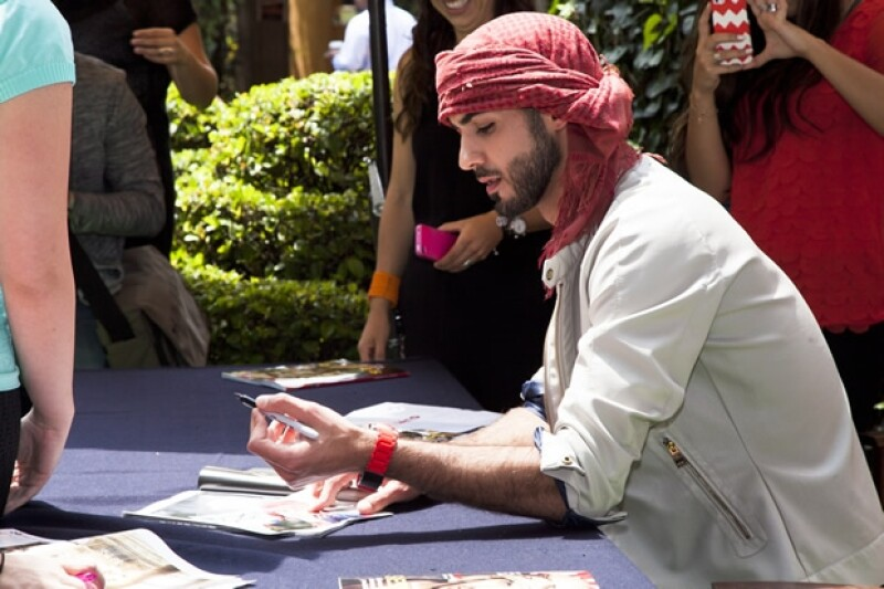 Omar durante la firma de autógrafos.