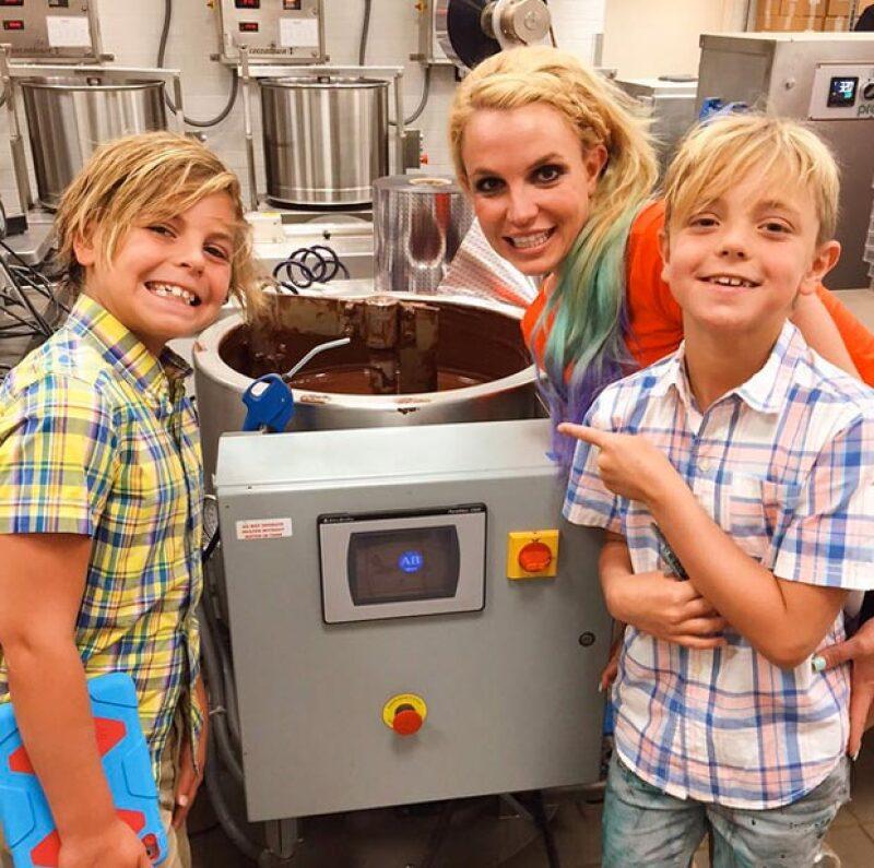 Los lleva a conocer la fabrica de chocolate.
