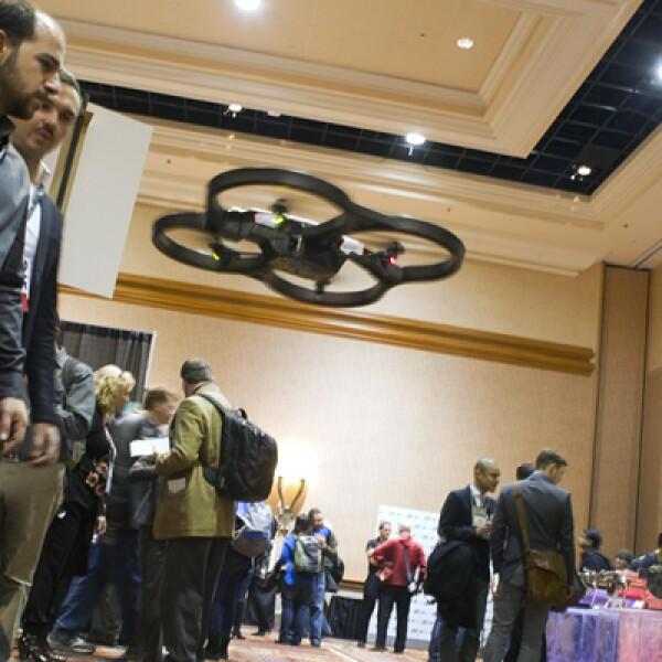 El AR Drone de Parrot, con cámara de video, vuela en la inauguración del Consumer Electronics Show en Las Vegas.