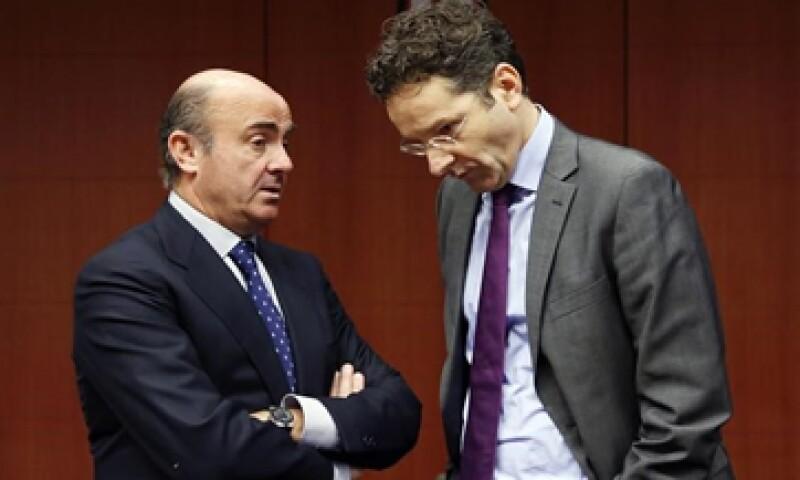 Luis de Guindos –izq- y Jeroen Dijsselbloem –der- buscan liderar el Eurogrupo. (Foto: Reuters )