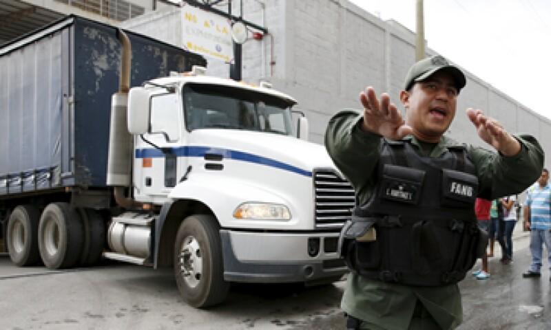 Trabajadores protestaron a las afueras las instalaciones custodiadas. (Foto: Reuters)