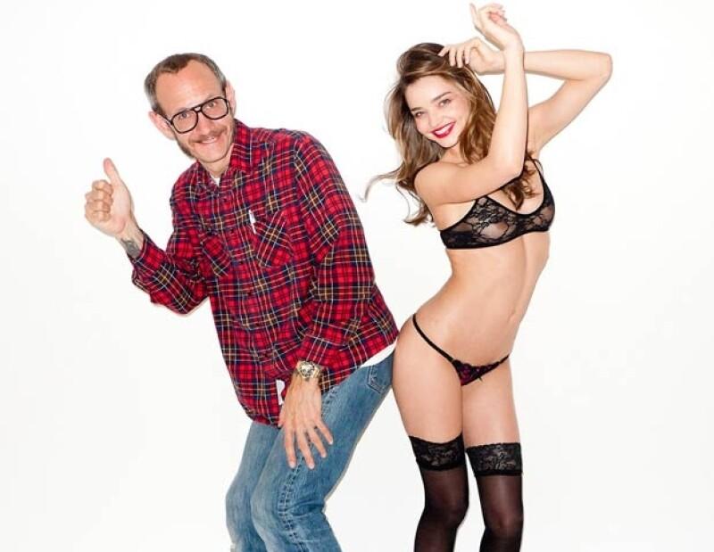 La modelo no se pudo resistir ante la lente del famoso fotógrafo de celebridades y aprovechó que la vida los juntó para quitarse la ropa y sonreír ante el clic de la cámara.