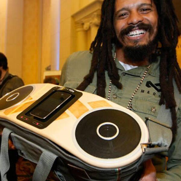 Rohan Marley muestra una bolsa que contiene un sistema de audio portátil para el iPhone.