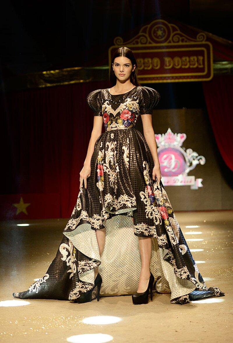 El vestido de noche se veía espectacular en la modelo de 19 años.