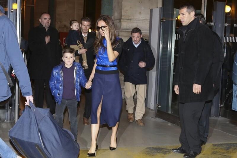 Así fueron vistos horas más tarde el día de la celebración del cumpleaños número 8 de Cruz, a quien Victoria lleva de la mano en esta imagen.
