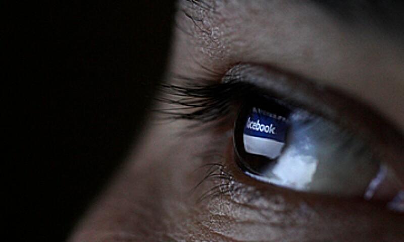 La compañía, creada por Mark Zuckeberg en 2004, se enfrenta además ahora a la opinión a cada segundo de los inversionistas. (Foto: Reuters)