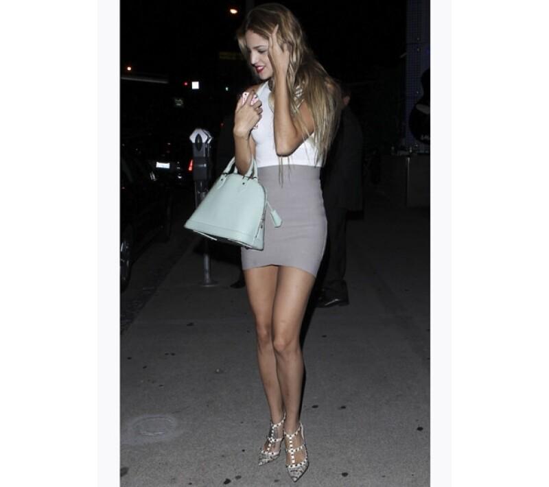 Como accesorios, Eiza llevaba una bolsa Louis Vuitton y unos zapatos Valentino.