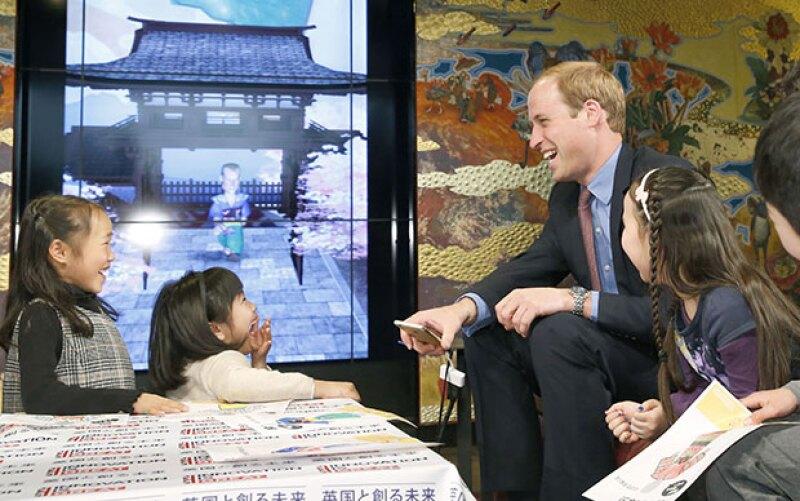 Dibujar kimonos fue una de las actividades que realizó con los niños de Motomiyae.