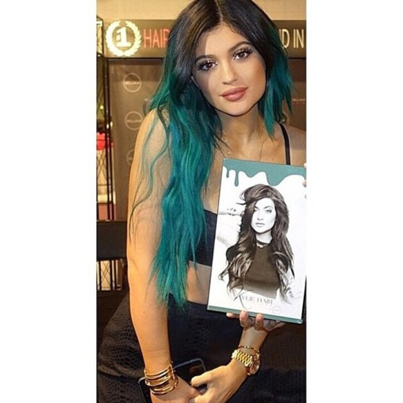 """La menor del clan Kardashian es ayudada por sus hermanas Khloé y Kim, además de su """"novio"""" Tyga, para el lanzamiento de su nuevo proyecto, Kylie Hair Kouture."""