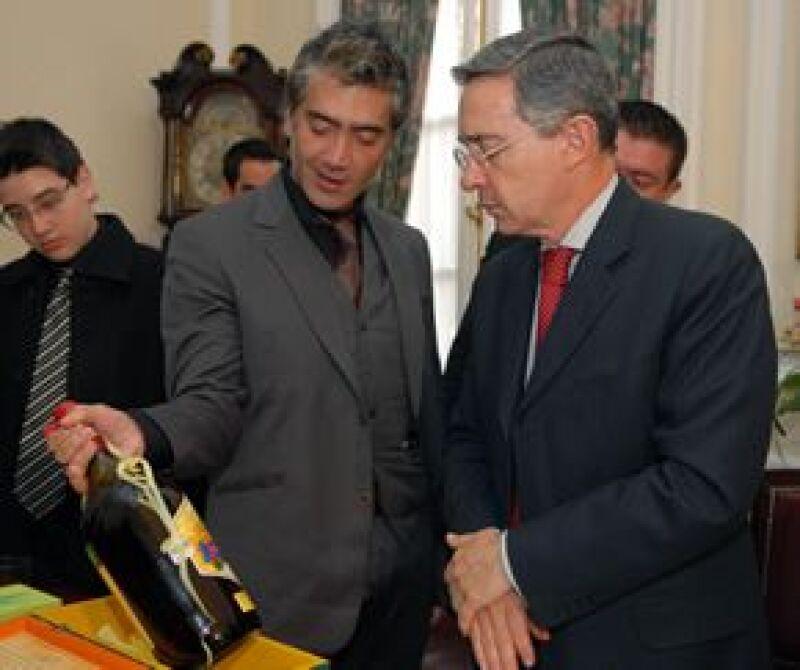 Alejandro Fernández le regaló al presidentee colombiano una botella de tequila Reserva de la Familia.