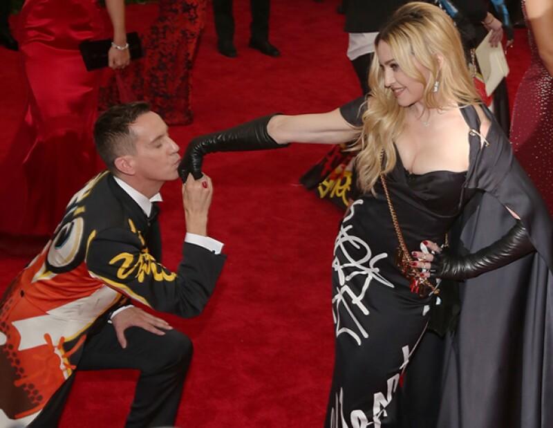 Jeremy Scott vistió de Moschino a Madonna en la gala del MET.