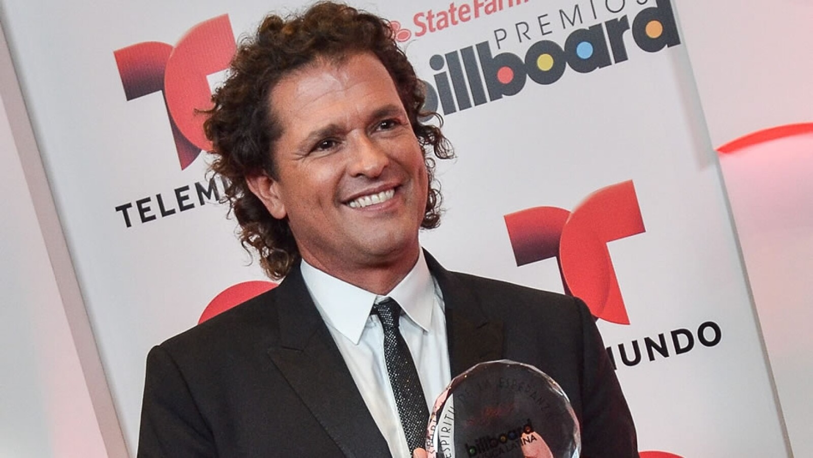 El cantante colombiano Carlos Vives posa a su llegada al Bank United Center de Miami, Florida, previo a los premios Billboard