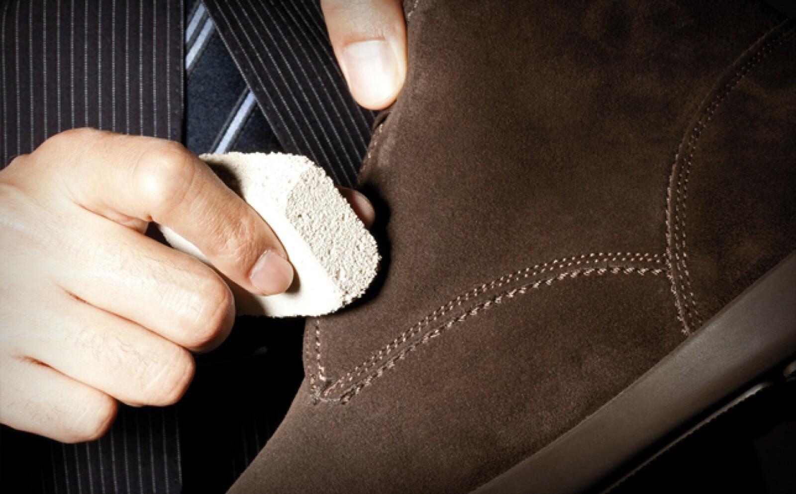 Para remover manchas específicas, usa una goma especial para zapatos, borrando una por una, sin tallar muy fuerte.