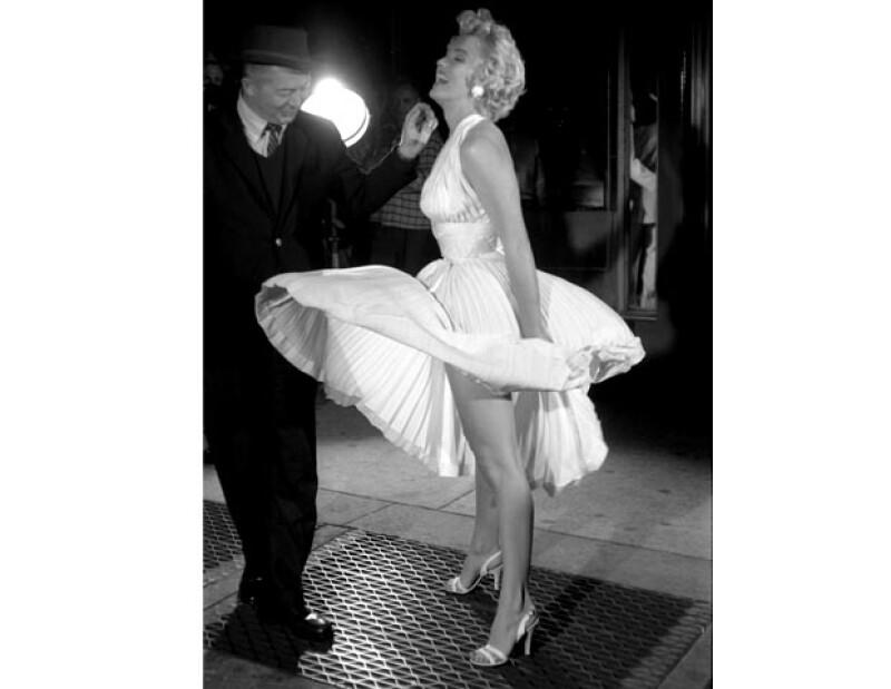 Tal parece que los fuertes vientos de Londres traicionaron a Kate Moss en pleno verano, que pasó un momento muy a la Marilyn Monroe.