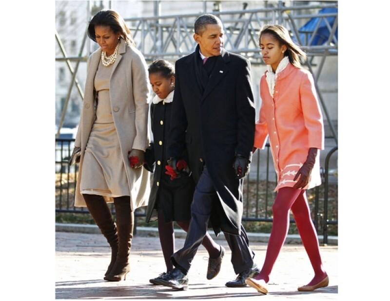 Barack Obama lució muy contento al lado de su familia, al dirigirse a la iglesia de San Juan.
