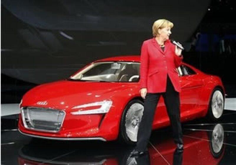 Angela Merkel llevó la campaña por su reelección a la Feria del Automóvil de Francfort. (Foto: AP)