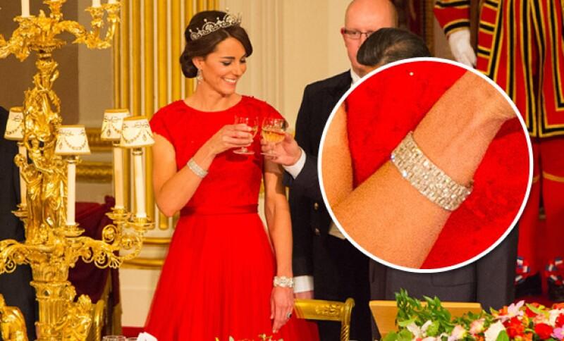 La pulsera en su muñeca derecha, le perteneció a la reina Mary, abuela de la reina Isabel II. La reina madre fue la última en usarla, hasta ahora Kate.
