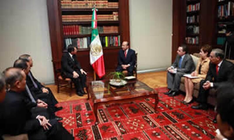 El presidente Felipe Calderón ser reunión con ejecutivos de Mitsubishi. (Foto: Cortesía)