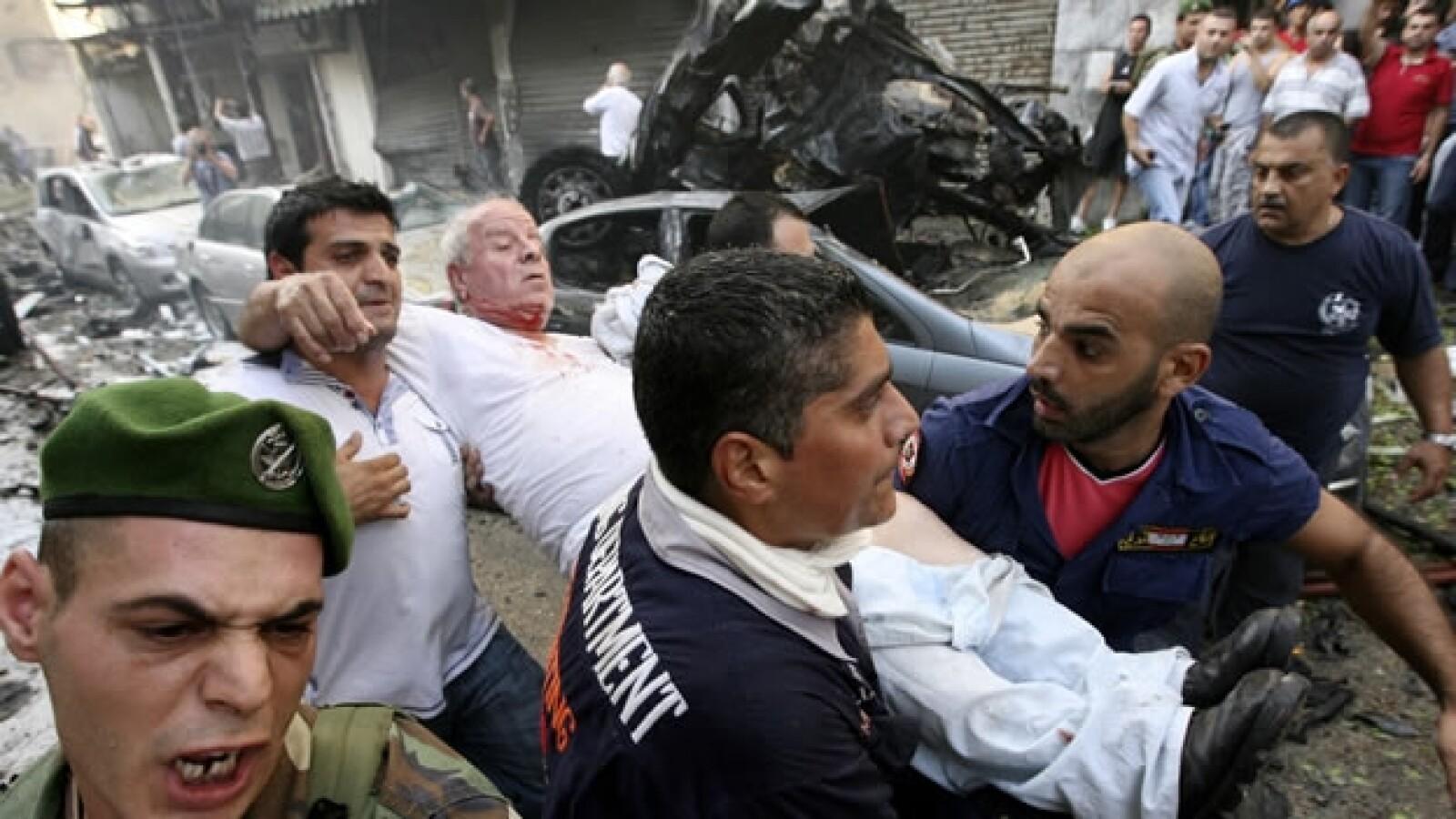 Rescatistas auxilian a sobrevivientes de una explosion