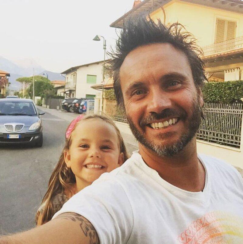 En más de una ocasión, Nek publica fotos con su familia. Especialmente con su hija Beatrice.