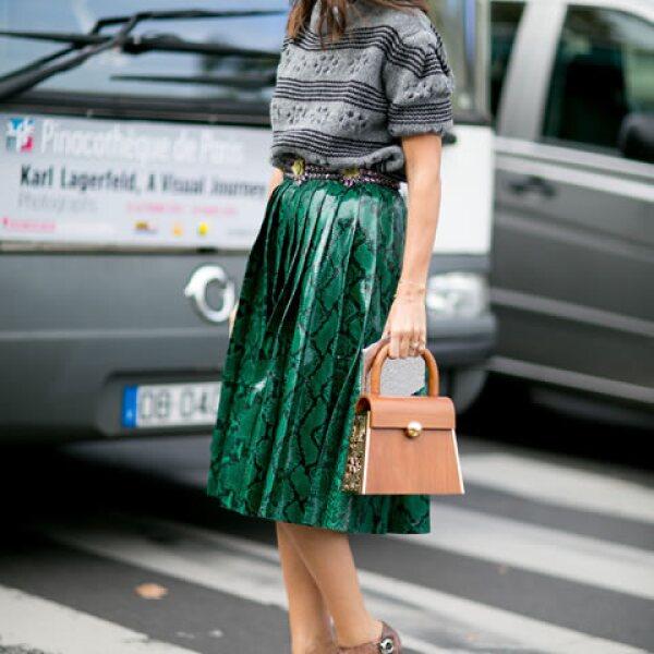 Las faldas midi son la prenda más cotizada de la temporada. Combínala con tshits o suéteres para el look perfecto.