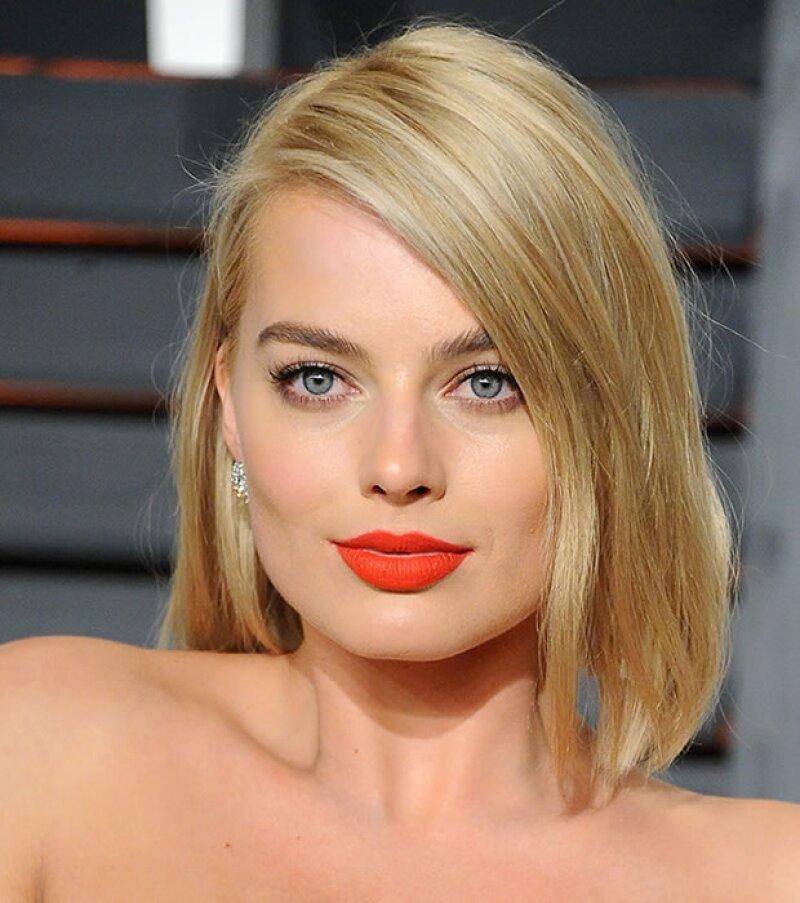 Margot Robbie se veía espectacular con este tono orange red en la alfombra roja.