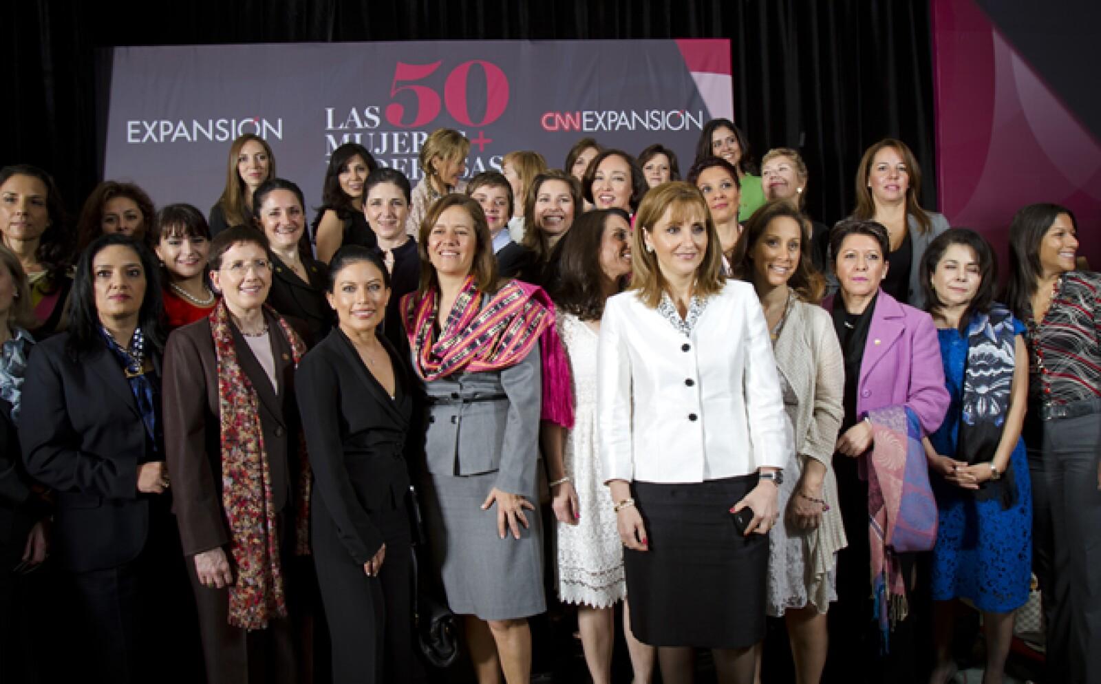 Las mujeres más poderosas del país se tomaron la foto oficial, momento que los medios de comunicación aprovecharon para realizar varias tomas.