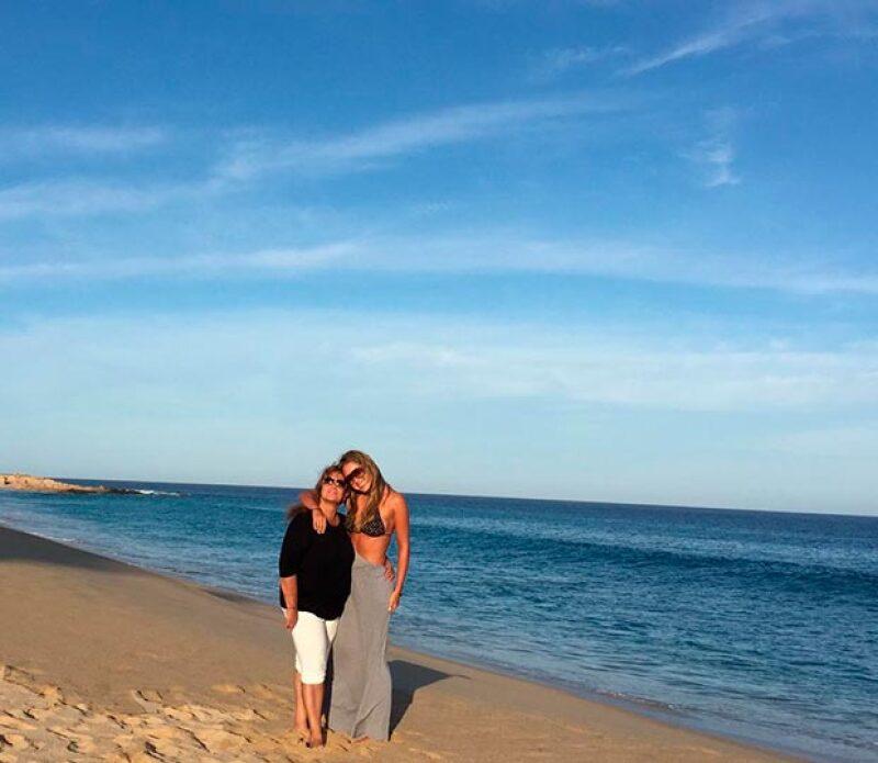La conductora de deportes viajó el fin de semana a Los Cabos, donde, además de lucir su belleza, se consintió con su mamá.