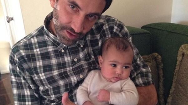 No cabe duda que la pareja de Kanye West quiere que su hija esté rodeada de los mejores diseñadores, en esta ocasión la empresaria mostró a su pequeña con Riccardo Tisci.