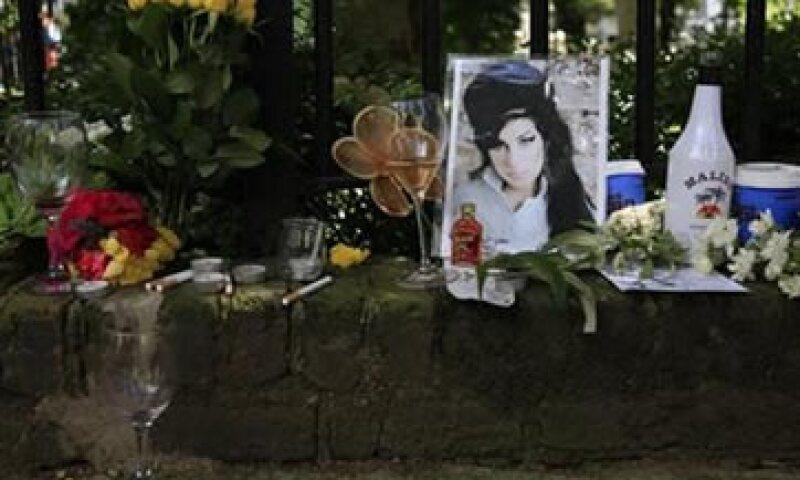 Los padres de Winehouse agradecieron el apoyo de admiradores congregados en frente la casa de la cantante en Londres. (Foto: Reuters)