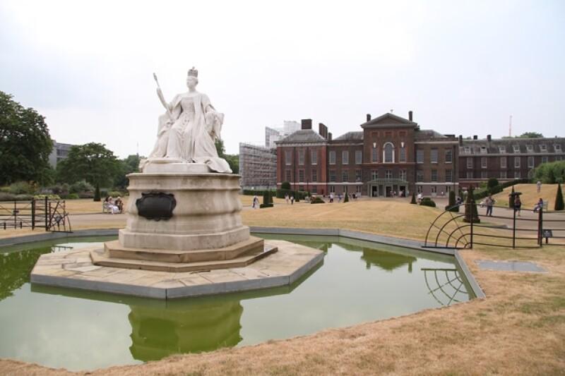 Fue una gran sorpresa que el hermano de Guillermo de Inglaterra visitara a los recién estrenados papás en el Palacio de Kensington. Llegó junto con su abuela, la reina Isabel II.