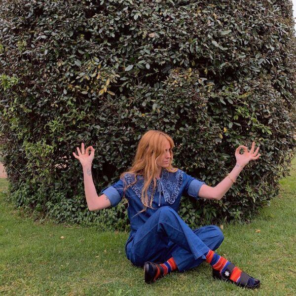Blanca Miró le dio el toque divertido a su denim look con unos calcetines de rayas rojas