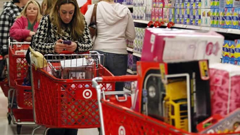 Pero fuera la jornada en general se reporta tranquila, mientras miles de compradores se agolpan en las grandes tiendas.