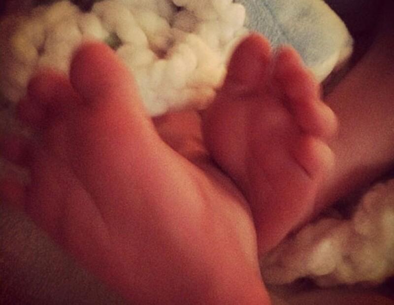 La cantante y actriz publicó en su cuenta de Twitter una imagen de los pies de su hijo Luca; a través de la red social ha mantenido informados a sus fans sobre su debut como mamá.