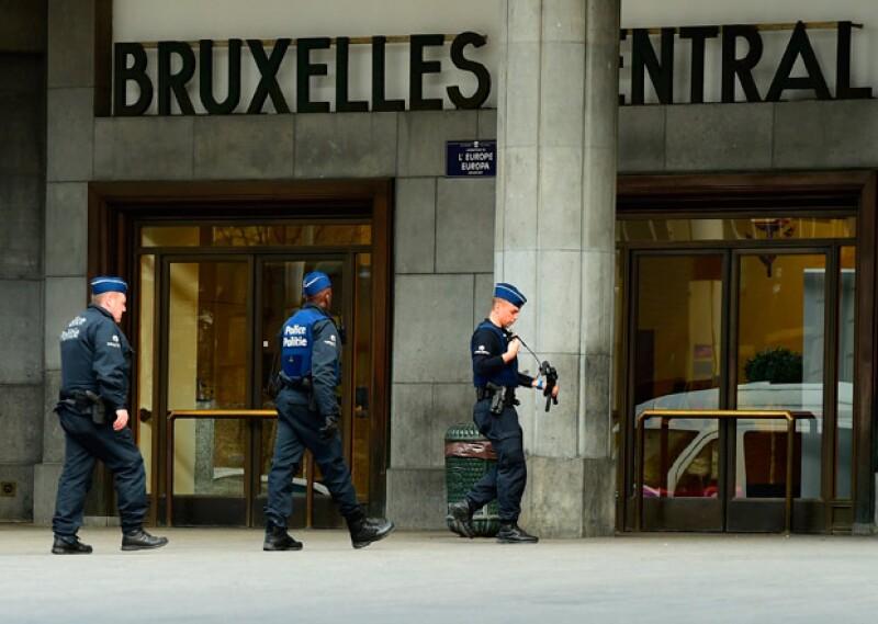 Los ataques en Bélgica dejan decenas de heridos y muertos; las autoridades continúan investigando el modo de operación.